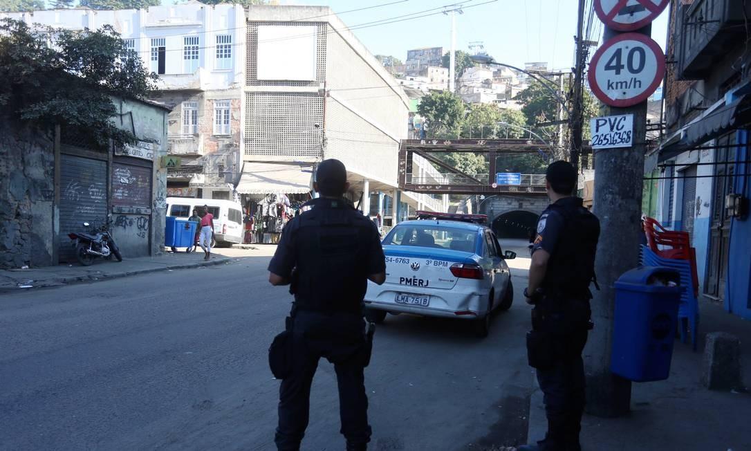 Policiais fazem patrulhamento próximo ao Morro da Providência Foto: Fabiano Rocha / Agência O Globo