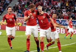 Zagueiro austríaco Martin Hinteregger, número 4, comemora seu gol na vitória sobre a Alemanha Foto: JOHANN GRODER / AFP