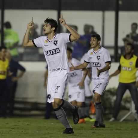 Igor Rabello ergue os braços para comemorar o segundo gol do Botafogo Foto: Antonio Scorza / Agência O Globo