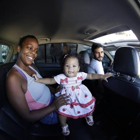 Karen Shelen Matos e o bebê Lia Emanuelle Matos e o Motorista Thiago Augusto Senra Foto: Gustavo Miranda / Agência O Globo