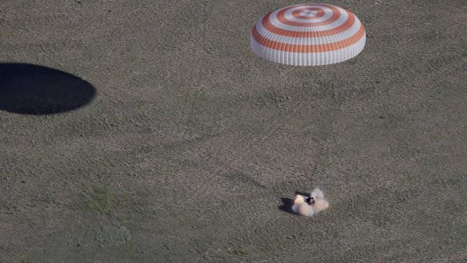 A cápsula russa Soyuz MS-07 aterrisa próximo à cidade de Dzhezkazgan, no Cazaquistão, trazendo a bordo os três astronautas e a bola Foto: AP/Dmitri Lovetsky