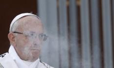 O Papa Francisco celebra missa neste domingo na paróquia de Santa Mônica em Óstia, subúrbio de Roma: Pontífice defendeu responsabilização da alta hierarquia da Igreja por falhar no combate à pedofilia em suas fileiras Foto: AP/Gregorio Borgia