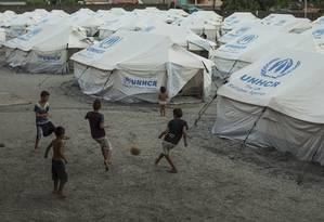 Crianças venezuelanas jogam bola no abrigo do Jardim Floresta, em Boa Vista: pais buscam qualquer emprego Foto: Guito Moreto / Agência O Globo