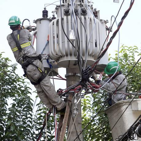 Funcionários trabalham em rede da Eletropaulo na Barra Funda, em São Paulo. Foto: Edilson Dantas/27-4-2018 Foto: Edilson Dantas / Agência O Globo