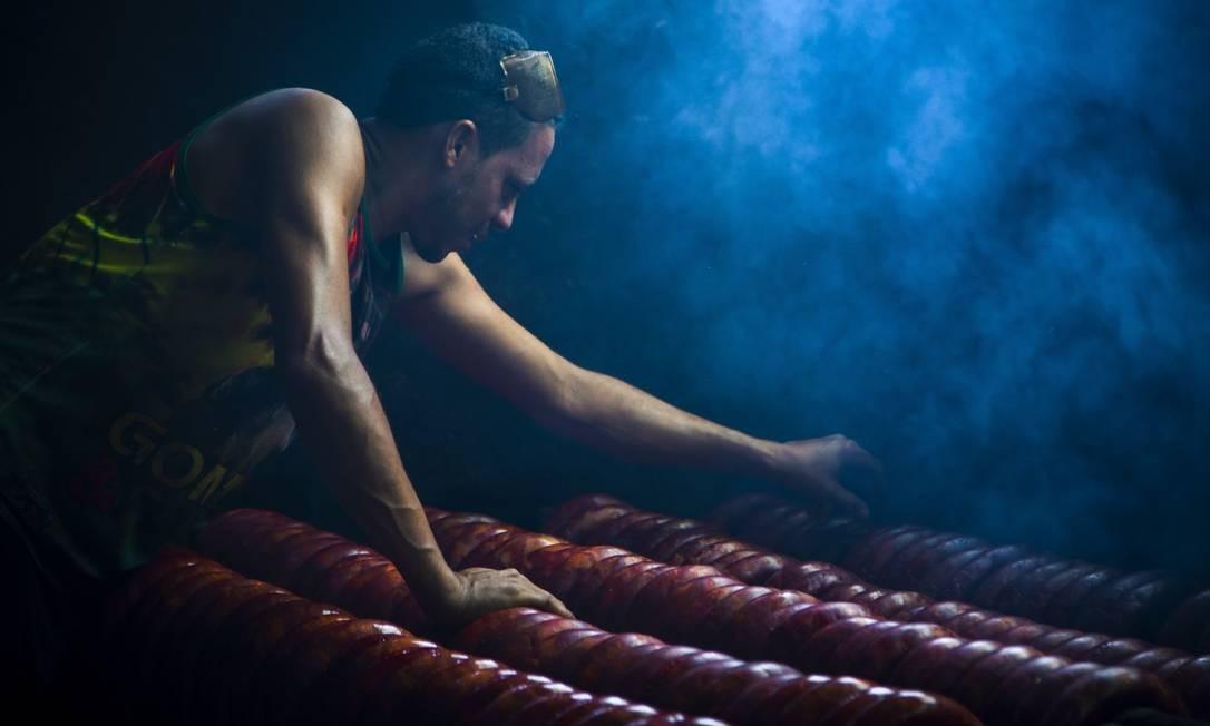 Os fumeiros artesanais de carne de porco Foto: Leo Martins / Agência O Globo
