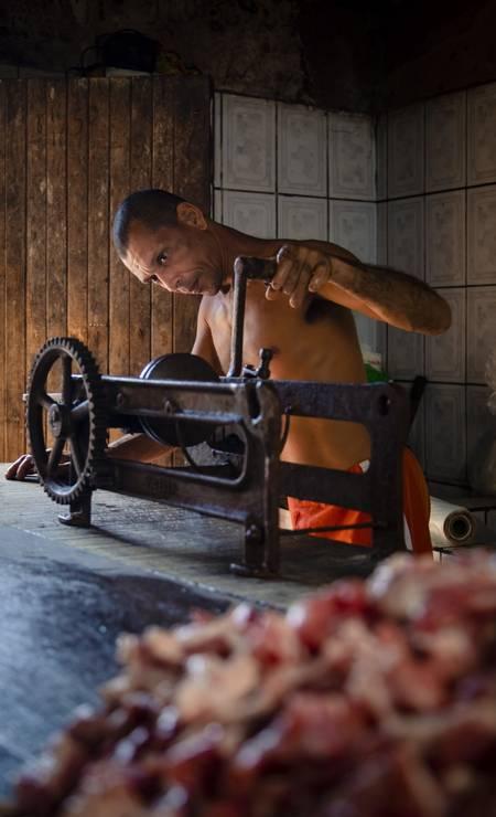Producao de carnes defumadas pelo processo conhecido como fumeiro Foto: Leo Martins / Agência O Globo