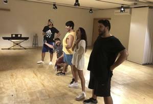 Atores ensaiam em uma das salas da nova sede da escola especializada em teatro musical Foto: Divulgação / Foto