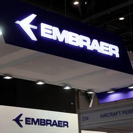 Logo da Embraer é exibido durante evento no aeroporto de Genebra Foto: Denis Balibouse/Reuters/28-05-2018