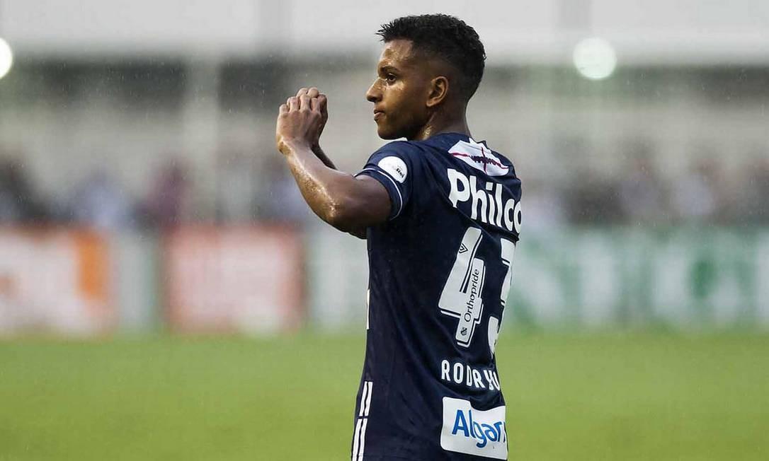 f45c1f523c Rodrygo comemora um de seus três gols no triunfo do Santos sobre o Vitória  Foto