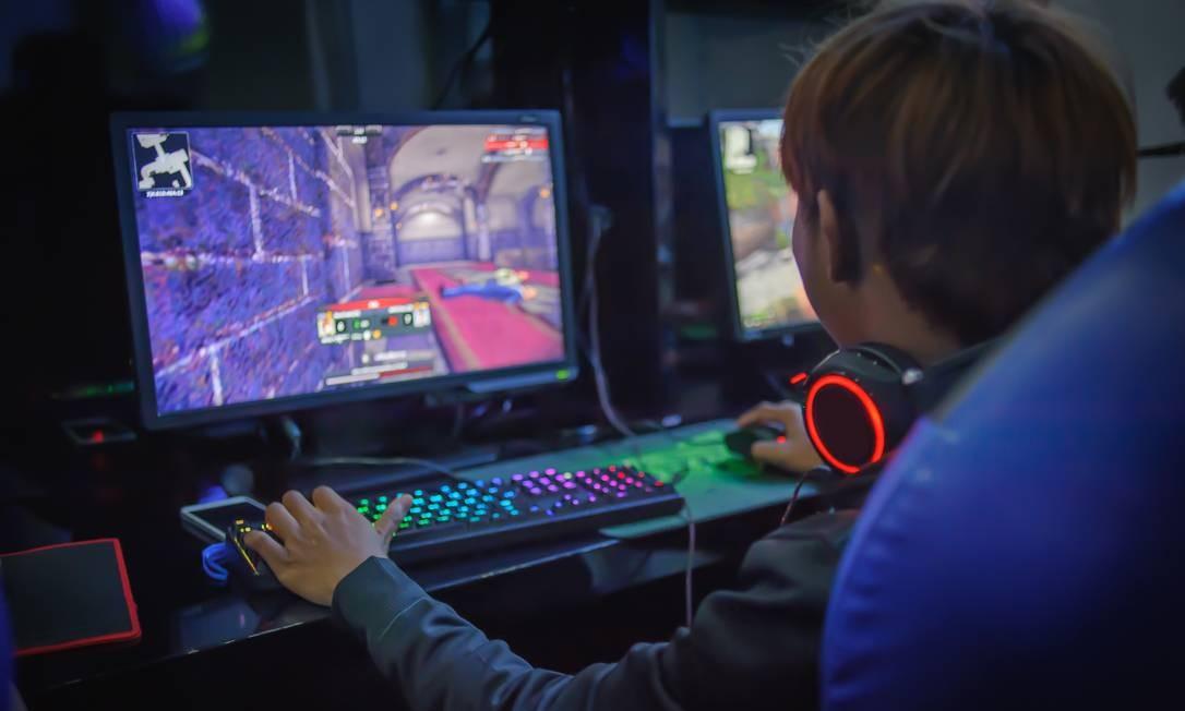 Jovem joga videogame: atividade também está entre as que podem prejudicar o sono e elevar relatos de sintomas depressivos Foto: ohishiftl/stock.adobe.com