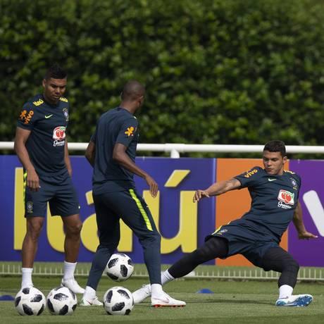 Thiago Silva, à direita, durante treino da seleção em Londres Foto: Alexandre Cassiano / Agência O Globo