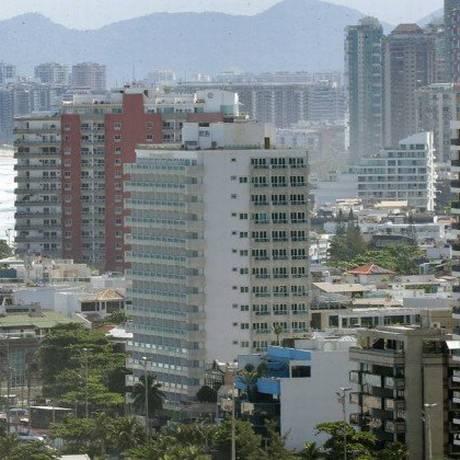 Prédios na Barra. Preço dos imóveis no Rio caiu 4,71% Foto: Márcio Alves / Agência O Globo