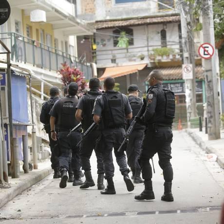Policiais militares fazem cerco ao Morro da Babilônia, no Leme, após confronto entre traficantes rivais Foto: Gabriel Paiva / Agência O Globo