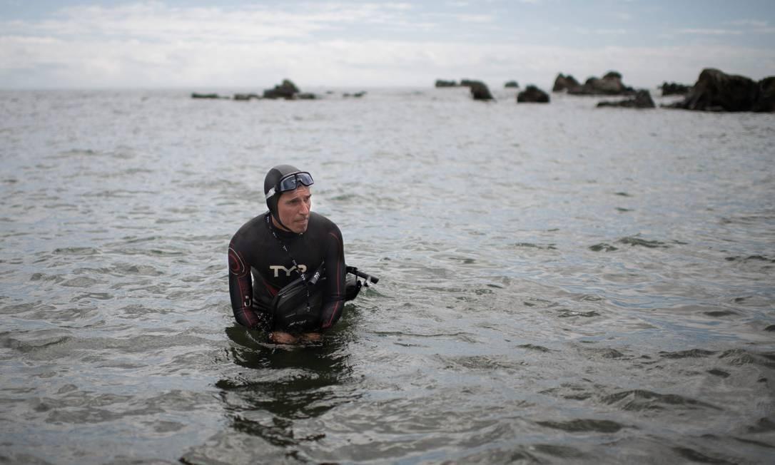 O nadador francês Benoît Lecomte iniciou a travessia do Oceano Pacífico nesta terça-feira Foto: MARTIN BUREAU / AFP