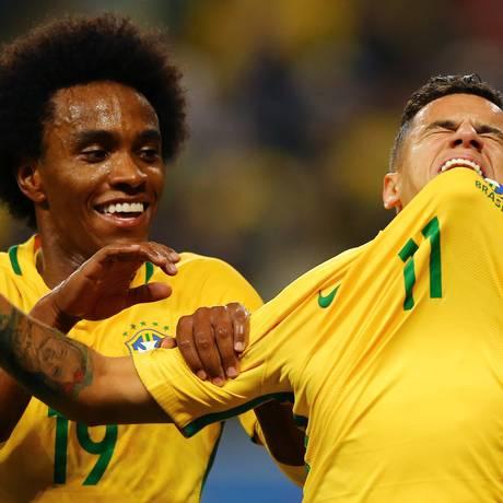 Willian comemora um gol de Philippe Coutinho pela seleção Foto: Pilar Olivares / Reuters