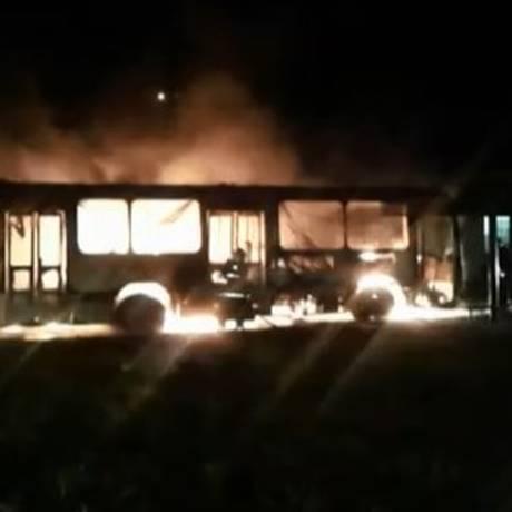 Ônibus incendiado na madrugada em Minas Gerais Foto: Reprodução / TV GLOBO