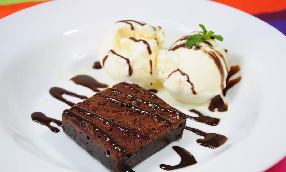 o brownie de chocolate e calda com sorvete de creme (R$ 19,90), do Balada Mix (Rua Aníbal de Mendonça 31, Ipanema — 3687-8739) Foto: Divulgação