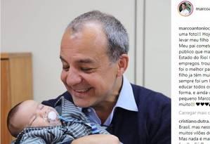 Cabral segura o neto pela primeira vez Foto: Reprodução