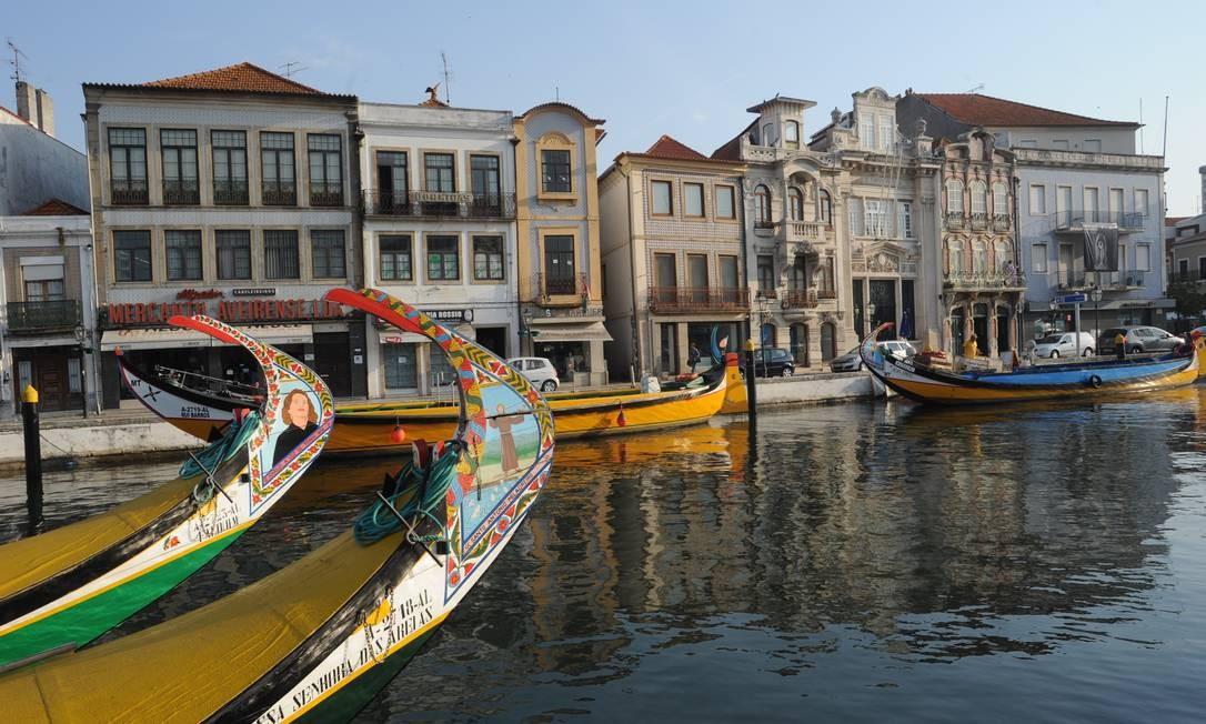 Um dos charmes da cidade de Aveiro, a Ria de Aveiro espelha em suas águas o colorido dos barcos Foto: Divulgação