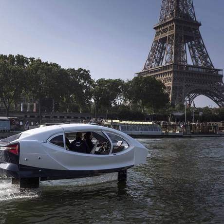 SeaBubble. O táxi fluvial movido a energia elétrica foi testado em maio no Rio Sena, em Paris. Com o tamanho aproximado de um carro, o veículo tem como objetivo reduzir o trânsito e a poluição em cidades atravessadas por rios Foto: LIONEL BONAVENTURE / LIONEL BONAVENTURE / AFP