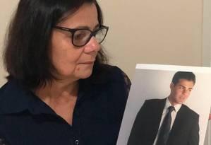 A dona de casa Rita de Medeiros dos Santos mostra a foto do filho assassinado em 2016 Foto: Arquivo pessoal