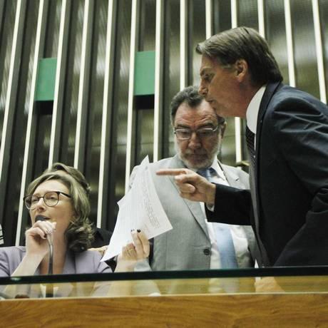 O deputado Jair Bolsonaro (PSL-RJ) discute com a deputada Maria do Rosário (PT- RS) 14/09/2016 Foto: Givaldo Barbosa / Agência O Globo