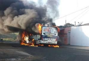 Criminosos incendiaram ônibus em Uberaba (MG) Foto: Divulgação Corpo de Bombeiros