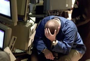Trabalhador da Bolsa de Nova York em um dia de forte oscilação do mercado em 2000: estresse no trabalho pode levar à morte prematura de homens com histórico de problemas cardiometabólicos Foto: Reuters/Brad Rickerby/18-10-2000