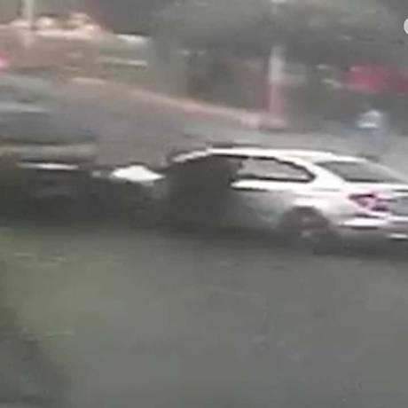 O carro dos bandidos seguiram na contramão e cercaram o automóvel do PM Foto: Reprodução de vídeo