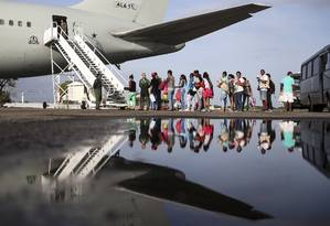 Refugiados venezuelanos embarcam em avião da Força Aérea Brasileira, em Boa Vista, com destino a Manaus e São Paulo. Foto: Marcelo Camargo / Agência Brasil