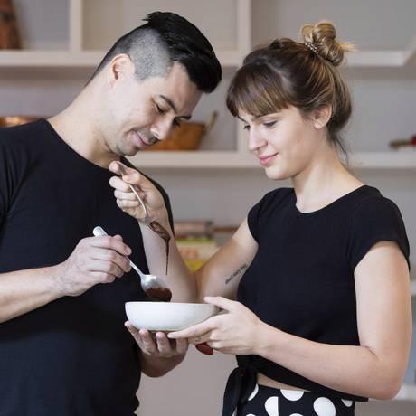 O casal de chefs Nathalie Passos e Alberto Landgraf preparam juntos a sobremesa Foto: Ana Branco / Agência O Globo