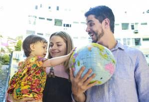 Carolina, de um ano, brinca com um globo inflável com os pais, a artista plástica Vitória Frate e o ator e escritor Pedro Neschling Foto: Marcos Ramos / Agência O Globo