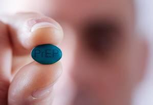 Homem segura pílula com as usadas na chamada profilaxia pré-exposição ao HIV: temor da volta de comportamentos de risco, principalemte entre os que não aderirem ao novo método de prevenção da infecção pelo vírus Foto: Shutterstock