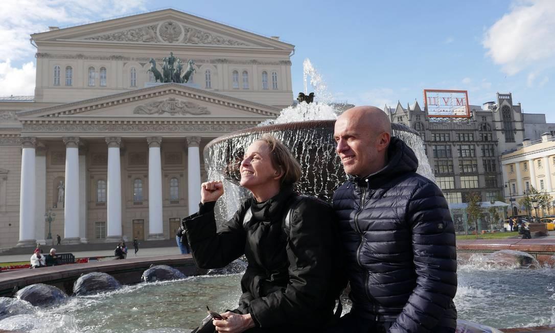 Deborah Colker e Gringo Cardia em frente ao Teatro Bolshoi, onde ela recebeu o prêmio Benois de la Danse Foto: Foto Fernando Gabeira