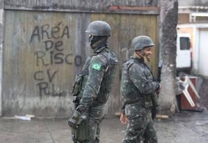 Os militares na Cidade de Deus Foto: Fabiano Rocha / Agência O Globo