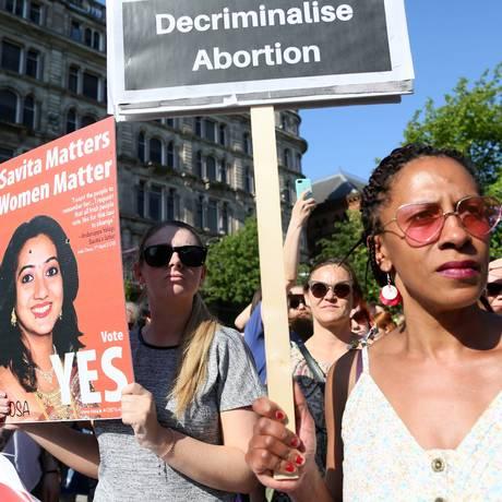 Manifestante pró-legalização durante protesto na Irlanda. País vizinho a Irlanda do Norte legalizou o aborto por meio de referendo Foto: PAUL FAITH / AFP