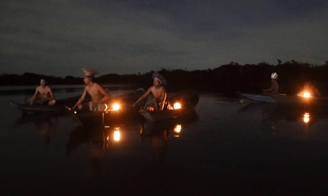 No rio Tapajós, índios da tribo Munduruku vão ao encontro dos turistas. Foto: Gabriel de Paiva / Agência O Globo