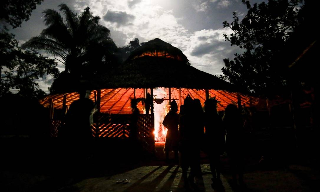 Na aldeia, os índios preparam o ritual da Lua Cheia. Foto: Gabriel de Paiva / Agência O Globo