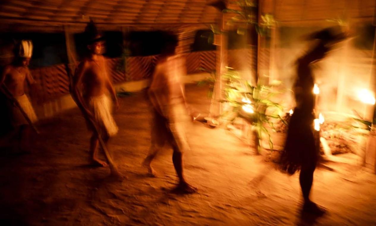 No ritual, os índios dançam e cantam em volta da fogueira. Foto: Gabriel de Paiva / Agência O Globo