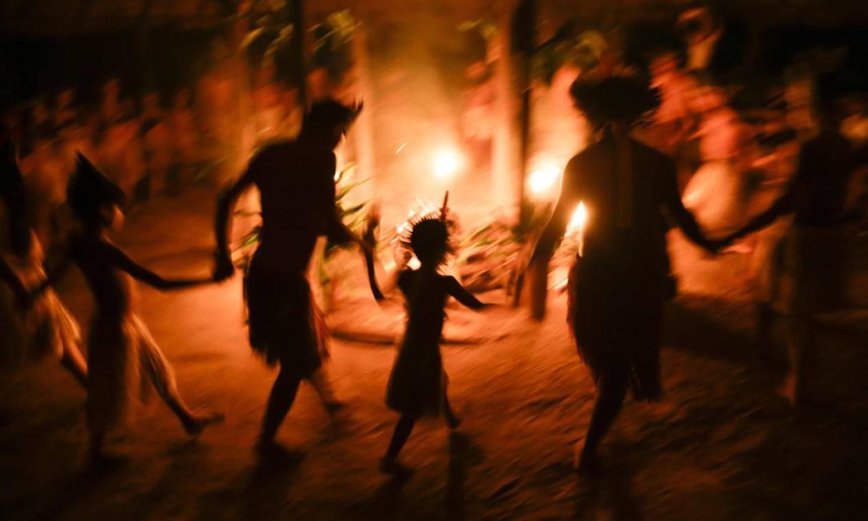 Crianças e idosos também participam da dança. Foto: Gabriel de Paiva / Agência O Globo