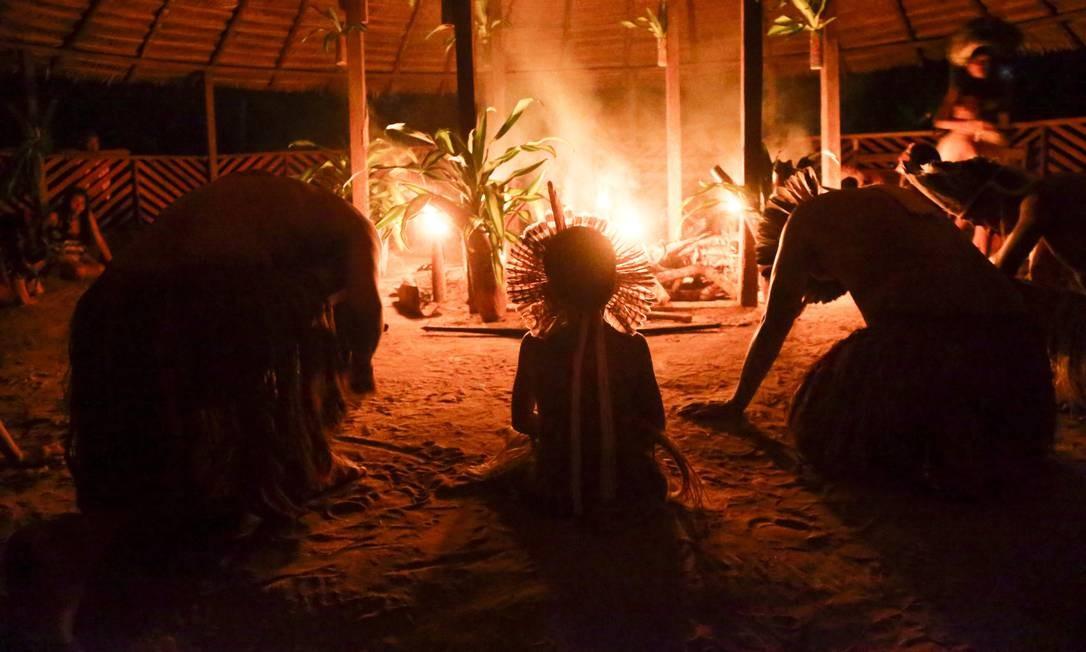 Em um determinado momento do culto, os índios agradecem e pedem proteção à natureza. Foto: Gabriel de Paiva / Agência O Globo