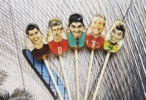 Caricaturas de craques estampam uma série de palitinhos de cookies, como o famoso trio: Messi, Cristiano Ronaldo e Neymar Foto: Divulgação/Rubiscookies