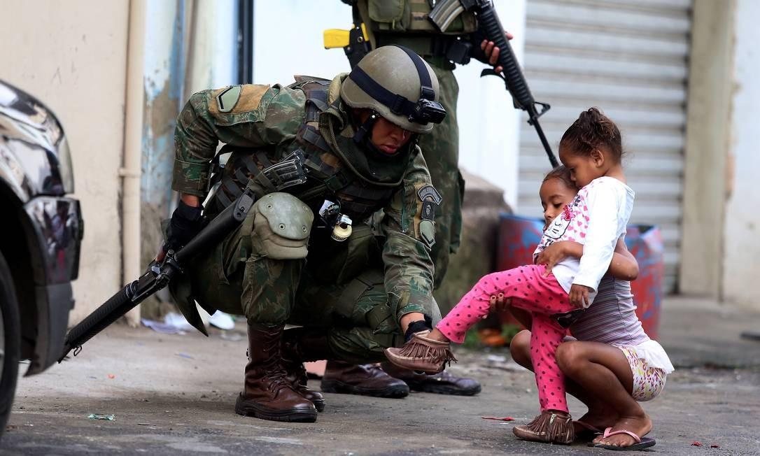 As Forças Armadas iniciaram nesta quinta-feira um cerco em seis comunidades da Zona Oeste Foto: Fabiano Rocha / Agência O Globo