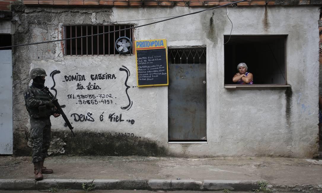 O interventor federal no Rio e comandante Militar do Leste (CML), General Braga Netto, esteve no fim da manhã na Cidade de Deus acompanhado de um forte aparato de segurança Foto: Pablo Jacob / Pablo Jacob