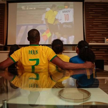 Torcedores assistindo a um jogo de Copa do Mundo pela televisão Foto: Brenno Carvalho / Agência O Globo
