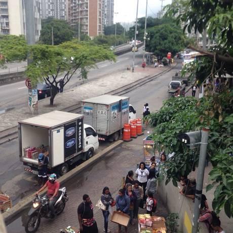 Caminhão com produtos a R$ 1 muda de nome e volta à Rocinha Foto: O Globo