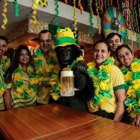 Jack Kong, mascote do Banana Jack, e a equipe da casa: brincadeiras e alto astral Foto: Brenno Carvalho / Agência O Globo