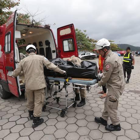 Bombeiros retiram um dos corpos de naufrágio na Baía de Sepetiba Foto: Marcio Alves / Agência O Globo
