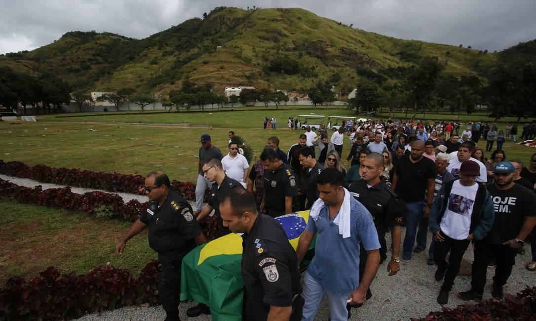 O enterro foi marcado por muita emoção Foto: Pablo Jacob / Agência O Globo