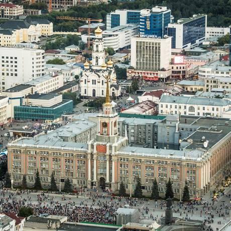 Vista aérea do centro de Ecaterimburgo, com a prefeitura em primeiro plano e a Igreja do Sangue ao fundo Foto: MLADEN ANTONOV / AFP
